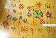 Viele kleine Blumen-Mandalas - gelegt auf dem Boden mit den Geo-Legespielen (Spielgabe 9, Ringe) nach Fröbel
