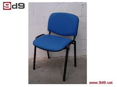 Silla oficina de segunda mano, estructura metálica pintada de color negro con asiento y respaldo tapizados en tela color azul. PVP: 25€.