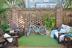 3. Um tapete de grama artificial traz mais verde ao ambiente e cria a ilusão do espaço do pátio parecer maior do que realmente é.