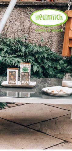 Eine einfache und zugleich nachhaltige Sommerdekoration: Getrocknete Wiesenblumen und eine alte Heumilch-Packung sorgen für stimmungsvolles Licht im Garten, auf dem Balkon oder der Picknickdecke. Porch Entry, Gallery Frames, Rattan Basket, Light Turquoise, Cozy Blankets, Home Look, Natural Texture, Wooden Signs, Picture Frames