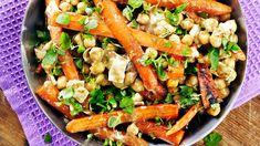 Vuohenjuustoiset porkkanat mm. kikherneellä ja sitruunamehulla sopivat myös lakto-ovo-kasvisruokavaliota noudattavalle herkuttelijalle. Mausta oreganolla. Kung Pao Chicken, Pasta Salad, Ethnic Recipes, Food, Crab Pasta Salad, Hoods, Meals