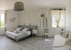1 suite parentale de 28m² avec lit king size en 180 (literie neuve)modulable en 2x90x200 avec SDB privative double vasque et très grande douche à l'italienne. Lit supplémentaire 90x200