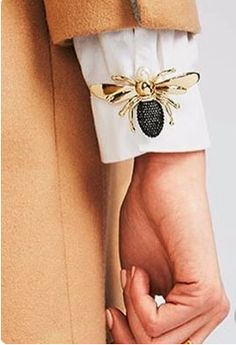 Pins on crispy white shirts? Genius, find out how to get a free… - Diy Jewelry Projects - Pins on crispy white shirts? Genius, find out how to get a free … # shirts - Fashion Details, Look Fashion, Diy Fashion, Ideias Fashion, Womens Fashion, Fashion Design, Trendy Fashion, Fashion Tips, Crisp White Shirt