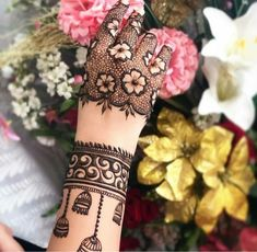 Flower Arm Mehndi Design Mehndi henna designs are always searchable by Pakistani women and girls. Women, girls and also kids apply henna on their hands, feet and also on neck to look more gorgeous and traditional. Henna Hand Designs, Dulhan Mehndi Designs, Mehendi, Mehndi Designs Finger, Wedding Henna Designs, Latest Bridal Mehndi Designs, Mehndi Designs For Girls, Engagement Mehndi Designs, Modern Mehndi Designs