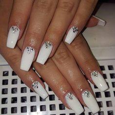 30 Dazzling Ways to Style White Nails - Styles Art - The most beautiful nail designs Diamond Nail Designs, Diamond Nails, Nail Art Designs, Nails With Diamonds, White Acrylic Nails, Best Acrylic Nails, Matte White Nails, Rhinestone Nails, Bling Nails