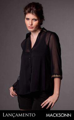 """Está a procura de uma camisa social com um toque de sofisticação? Confira mais esse novo lançamento da Macksonn PSYQ que traz detalhes metálicos bordados.     Apesar de ser uma estação que pede por peças mais """"pesadas"""", o inverno 2013 trará como tendência a sensualidade das transparências."""