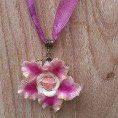Collier plaisir de fleur, pendentif clématite rose fuchsia avec du blanc porcelaine froide sur ruban rose réglable