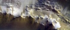 Icy Mars Crater Shines in European Probe's 1st Photo from New Orbit