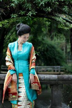 Hu Kebaya Lace, Kebaya Hijab, Batik Kebaya, Kebaya Muslim, Batik Dress, Kebaya Dress, Traditional Fashion, Traditional Dresses, Modern Kebaya