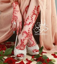 As a bride, you are always looking for that perfect mehndi design on your big day! Here are the best bridal foot mehndi designs with heels Floral Henna Designs, Henna Designs Feet, Legs Mehndi Design, Arabic Henna Designs, Stylish Mehndi Designs, Mehndi Design Photos, Wedding Mehndi Designs, Henna Designs Easy, Mehndi Art Designs