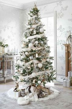 Here are best White Christmas Decor ideas. From White Christmas Tree decor to Table top trees to Alternative trees to Christmas home decor in White & Silver Beautiful Christmas Trees, Christmas Tree Themes, Noel Christmas, All Things Christmas, Winter Christmas, Country Christmas, White Christmas Tree Decorations, Silver Christmas Tree, White Ornaments