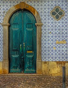 Puertas de Tavira, Portugal. Beautiful #Portuguese #tile surrounds this doorway. Handmade tiles can be colour coordinated and customized re. shape, texture, pattern, etc. by ceramic design studios Les Doors, Windows And Doors, Knobs And Knockers, Door Knobs, Entrance Doors, Doorway, Algarve, Tavira Portugal, Porches