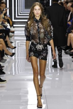 Versus Versace Spring 2016 Ready-to-Wear Fashion Show - Vera van Erp