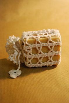 Gift Wrapping Ideas: Crocheted soap holder thingy with a soap bar Crochet Home, Love Crochet, Crochet Gifts, Soap On A Rope, Soap Holder, Soap Packaging, Home Made Soap, Yarn Crafts, Gift Wrapping