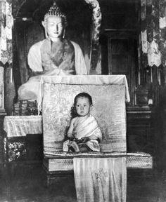 NOTE : Ceci n'est pas une photo du Dalaï Lama à l'âge de deux ans, comme il est fréquemment mentionné. Il s'agit plutôt d'une photo d'un jeune enfant tibétain inconnu. (Photo by General Photographic Agency/Getty Images)