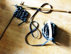 Kinky Knitting with a Bike Inner Tube #upcycle #reuse