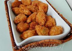 Ingredienti per 3 persone:  - 2 sovracosce di pollo o 1/2 pollo - 1-2 limoni spremuti - parmigiano grattugiato - sale epepe - prezzemolo - 1 spicchio d'aglio (se di gradimento) - farina - pangrattato - corn flakes sbriciolati - 2 uova intere - basilico - olio per friggere Preparazione:  Togliete la pelle al pollo, eliminate gli ossi, tagliatelo a pezzetti e mettetelo in una ciotola  Aggiungete il succo di 1-2 limoni fino a coprire interamente il pollo  Aggiungere sale, pepe, formaggio…