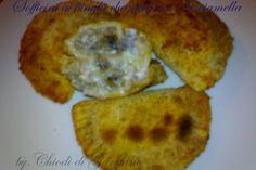 Sofficini fatti in casa ai funghi champignon e besciamella Cliccate qui per la ricetta: http://blog.giallozafferano.it/chiodidigarofano/sofficini-fatti-in-casa