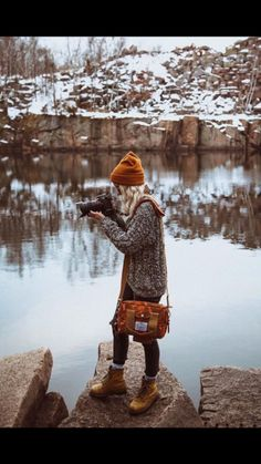ochre tan beanie, tote and boots, marle jumper, outdoor photography Winter Fall Winter Outfits, Winter Wear, Autumn Winter Fashion, Winter Snow, Looks Style, My Style, Mode Hippie, Winter Mode, Mode Inspiration