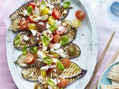 Gegrilde aubergine met tomaat en feta (Libelle Lekker!) Veggie Recipes, Salad Recipes, Vegetarian Recipes, Healthy Recipes, Healthy Cooking, Healthy Eating, Healthy Food, Side Dishes For Bbq, Good Food