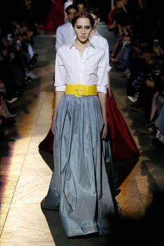 The complete Carolina Herrera Fall 2018 Ready-to-Wear fashion show now on Vogue Runway. Fashion 2018, Fashion Outfits, Womens Fashion, Fashion Trends, Fashion Online, Vogue, Casual Skirt Outfits, Fashion Show Collection, Ideias Fashion