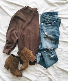 Casual brown sweater, destroyed jeans and booties Outfits Otoño, Sweater Outfits, Casual Outfits, Fashion Outfits, School Outfits, Women's Fashion, Fall Winter Outfits, Winter Fashion, Winter Style