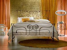 une tête de lit en fer forgé originale et composée de motifs ovales