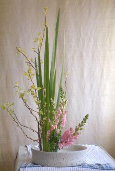 Ikebana com bocas-de-leão.  Fotografia: snufukinlimbo no Flickr.