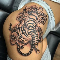 Sexy Thigh Tattoo Designs For Women - Best Thigh Tattoos For Women: Cute Thigh L. Sexy Thigh Tattoo Designs For Women - Best Thigh Tattoos For Women: Cute Thigh Leg Tattoo Designs and Ideas For Girls Dope Tattoos, Pretty Tattoos, Body Art Tattoos, Sleeve Tattoos, Feather Tattoos, Tattoo Sleeves, Tattos, Tattoos For Women On Thigh, Upper Thigh Tattoos