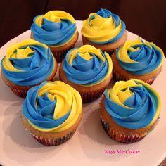 Blue and Yellow Cupcakes Blue Wedding Cupcakes, Yellow Cupcakes, Swirl Cupcakes, Cupcake In A Cup, Cupcake Icing, Cupcake Cakes, Cupcake Ideas, Graduation Desserts, Graduation Cupcakes