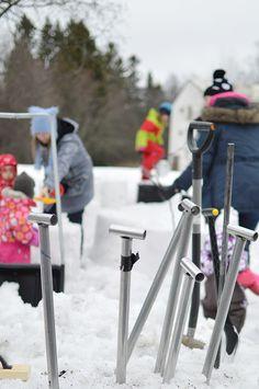 Lumentyöstössä käytetään apuna paljon erilaisia työkaluja aina perinteisistä lapioista  erikoisempiin muotteihin ja moottorisahaan. Oulu (Finland)