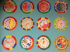 Klok. Eerst met verf, daarna kleurplaat met potlood. Splitpen erin. Wolf, Reggio, Primary School, Math Activities, Art Lessons, Decorative Plates, Clock, Winter, Kids