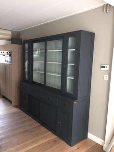 Moderne kast in Off-Black geschilderd met Borrowed Ligtht binnenkant