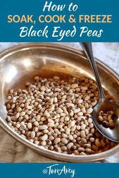 How to Cook and Freeze Dried Black Eyed Peas - Tori Avey How to Cook and Freeze Dried Black Eyed Peas - Learn how cook dried black eyed peas to prepare them for use in recipes. Includes storage and freezing techniques. Pea Recipes, Kosher Recipes, Vegetarian Recipes, Dinner Recipes, Peas Recipe Indian, Southern Black Eyed Peas, Cooking Black Eyed Peas, Dry Beans Recipe, Black Eyed Pea Soup