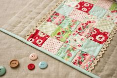 Like the idea of the patchwork sections with sections of solid fabric Quilting Tutorials, Quilting Projects, Quilting Designs, Sewing Projects, Diy Projects, Small Quilts, Mini Quilts, Baby Quilts, Quilted Potholders