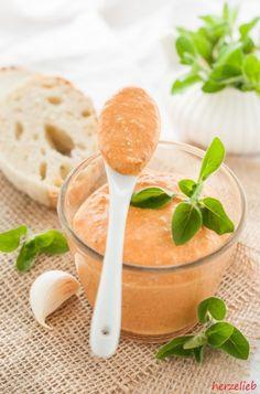 Paprika-Feta-Dip - passt perfekt zu einem frischen Baguette!