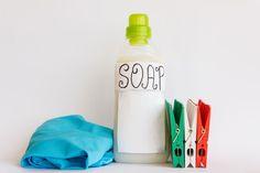 Come fare in casa il detersivo per la lavatrice. Ecco due ricette facile per preparare un detersivo naturale per la lavatrice a base di sapone di Marsiglia!