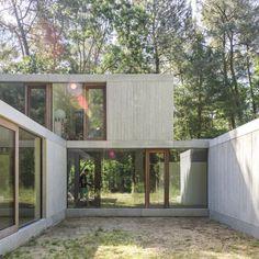 Wohnen im Grünen? Die Architekten von Sculp IT haben diesen Traum für eine junge Familie mit einem Haus aus geschichteten Bauklötzen wahr gemacht.