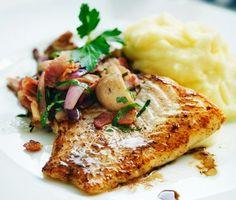 Underbar smörstekt torskfilé med knaperstekt bacon, mjuka champinjoner, fin rödlök, färsk bladpersilja och livfull balsamvinäger. Servera torsken tillsammans med potatispuré.