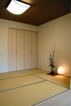カシコ・クラッセ JR茨木店のブログ ほとんど使われていなかった床の間は、収納に取り込みました。 壁と天井もクロス仕上げに。 天井のクロスを、ちょっと濃い色の和紙クロスにしたので、