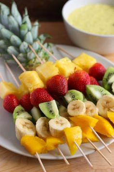 Fruit skewers with mango sauce and yogurt - El Sabor de lo Bueno Mango Sauce, Fingerfood Party, Fruit Skewers, Healthy Snacks, Healthy Recipes, Food Platters, Party Snacks, Finger Foods, Food And Drink