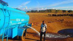 Patrick Kilonzo Mwalua, her gün tankeri ile kuraklıktan susuz kalmış hayvanlara su getiriyor.  Detaylar ajanimo.com'da... #zebra #fil #ajanimo #ajanbrian #hayvan #hayvangibihabercilik #elephant