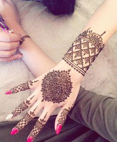 Explore latest Mehndi Designs images in 2019 on Happy Shappy. Mehendi design is also known as the heena design or henna patterns worldwide. We are here with the best mehndi designs images from worldwide. Henna Hand Designs, Best Mehndi Designs, Mehndi Designs For Hands, Henna Tattoo Designs, Design Tattoos, Mehandi Designs, Hand Mehndi, Mehndi Mano, Pakistani Mehndi Designs