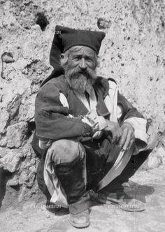 Titolo: Anziano contadino sardo in abiti tradizionali, Data dello scatto:1910 ca., Referenze fotografiche: Touring Club Italiano/Gestione Archivi Alinari