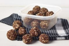 Peanut Butter and Chocolate Energy Balls Batch Cooking, Cooking Time, Snacks Diy, Cooking Rolled Oats, Dog Food Recipes, Cooking Recipes, Comida Keto, Balls Recipe, Cold Meals