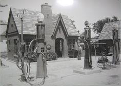 Cottage style Phillips 66 Service Station This style station is mt favorite kind Old Gas Pumps, Vintage Gas Pumps, Phillips 66, Fuel Truck, Pompe A Essence, Gas Service, Old Gas Stations, Old Country Stores, Filling Station