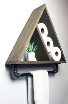 Dreieck-Badezimmer-Regal mit industriellem Bauernhaus-Tuch-Stab, geometrischer L. Triangle Bathroom Shelf with Industrial Farmhouse Towel Bar, Geometric Country Rustic Storage, Modern Farmhouse, Apartment Dorm Decor - Diy Wood Projects, Home Projects, Outdoor Projects, Farmhouse Towel Bars, Diy Casa, Dorm Decorations, Home Remodeling, Diy Furniture, Furniture Vintage