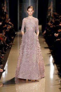 Vestido de gala elegante lleno de aplicaciones brillantes - Foto Elie Saab