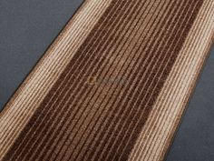 Moderní velurový běhoun je koberec, který má široké využití. Běhouny můžete použít do kuchyní, ložnic, obývacích pokojů a hodí se také na chodby popřípadě schodiště.   Běhouny dodáváme v minimální délce 1 m a řez se provádí po 5 cm.