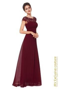 Rochie maxi, eleganta, dintr-un voal de culoare rosu-burgundi, rochie cu un design spectaculos, cu spatele decupat, fiind accesorizata cu broderie si pietre decorative discrete pe maneci.